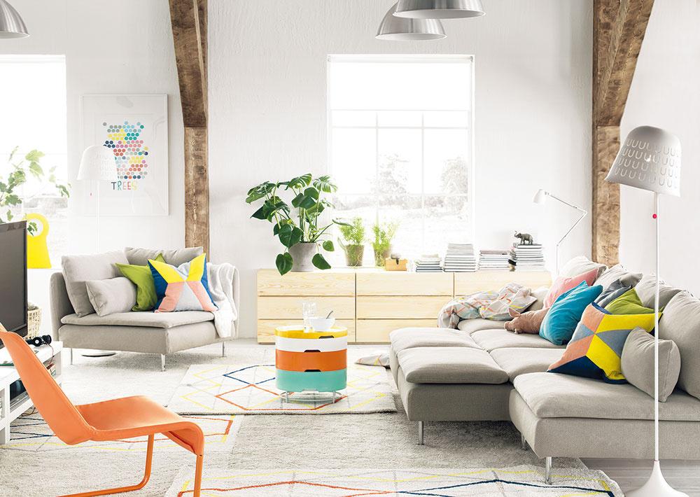 Svetlo afarby. Priestor sdostatkom svetla amiesta môže byť strašiakom, keď príde na množstvo nábytku, ktorý sa tam pýta. Správny výber lacnejších nábytkov sprijateľným dizajnom však nie je nonsens. Značka IKEA má množstvo kolekcií sladiacimi kúskami, ktorými zariadite všetky priestory. Dodržíte štýl, estetickú úroveň aochránite peňaženku.