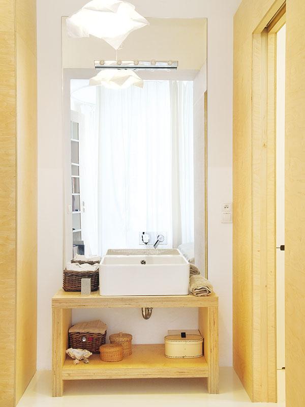 Kúpeľňa aWC boli vpôvodnom stave vjednom stiesnenom priestore. Keďže polovica plochy predsiene sa šikmou priečkou pričlenila vprospech hygieny, architekti sa rozhodli pre neštandardné riešenie aj tejto časti. Vpôvodnej kúpeľni ponechali vaňu, ktorú otočili, atoaletu. Umývadlo vysunuli do chodby, takže sa stalo súčasťou šatníka aobytného priestoru –vpodobe akéhosi toaletného stolíka so zrkadlom.