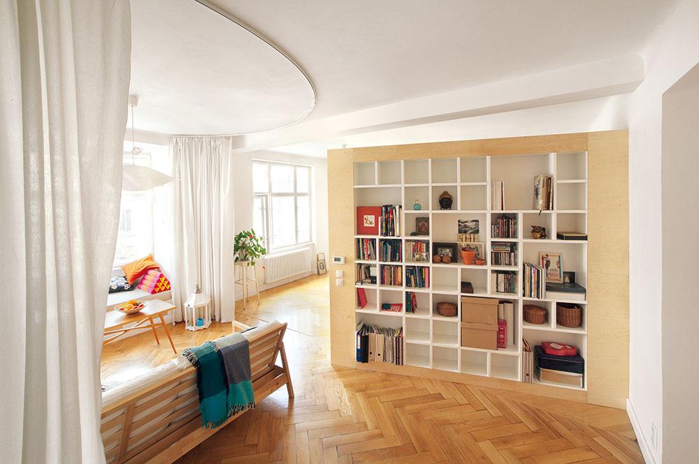 V malom dvojizbovom byte vytvorili netypické bývanie bez stereotypov
