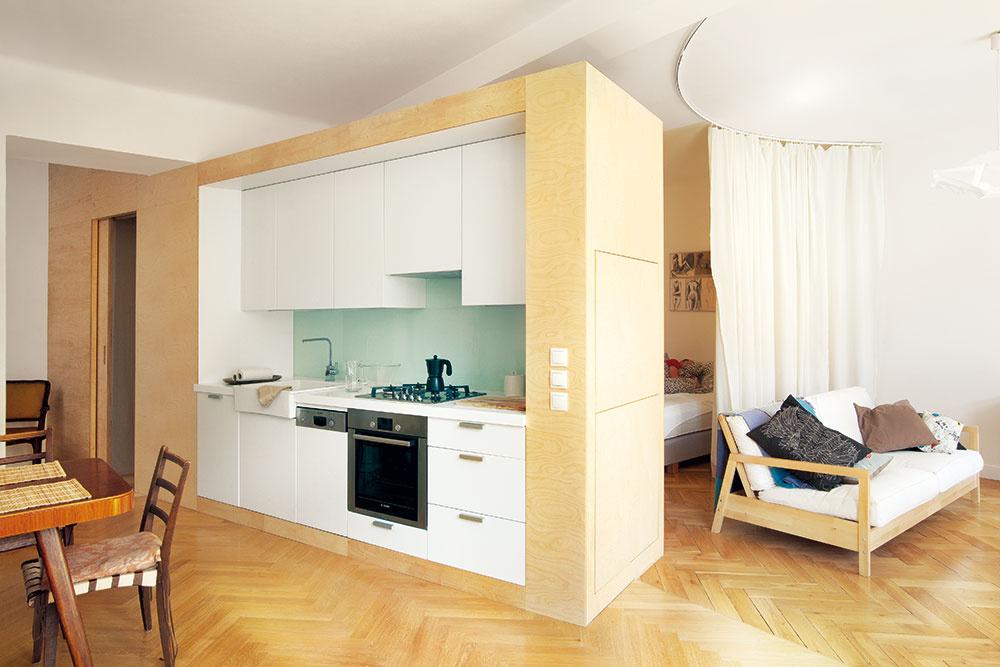 4 zóny vjednom priestore. Zpredsiene sa vďaka šikmine prirodzene prechádza cez kuchyňu ajedáleň do obývacej izby, ktorá susedí so spálňou, ukrytou za chrbtom kuchyne. Tri časti – kuchyňa, jedáleň aobývacia izba sú plošne dominantné, no umožňujú spálni začleniť sa do tohto celku alebo ostať nepozorovane ukrytou za závesom.