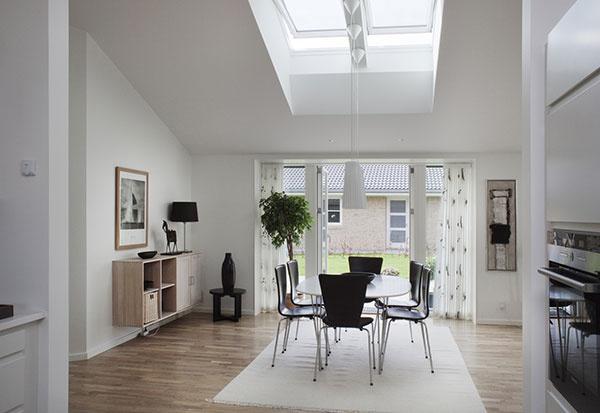 Pre záujemcov o pasívne domy spoločnosť VELUX od októbra ponúka aj solárne ovládané strešné okno GGU-K-008230 s unikátnou hodnotou Uw 0,51.