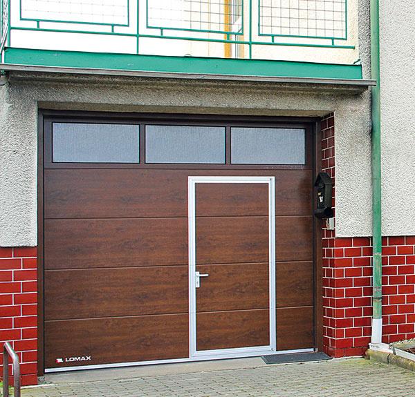 Do sekciovej brány možno vsadiť zasklenie alebo malé vstupné dvere, prípadne môžu mať vstupné dvere do domu rovnaký dizajn ako garážová brána.