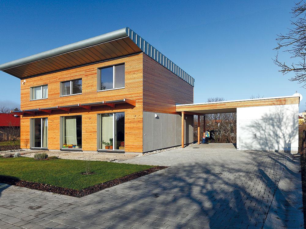Vtomto prípade bol práve prístrešok asusediaci sklad prostriedkom na oživenie jednoduchej architektúry pasívneho domu.