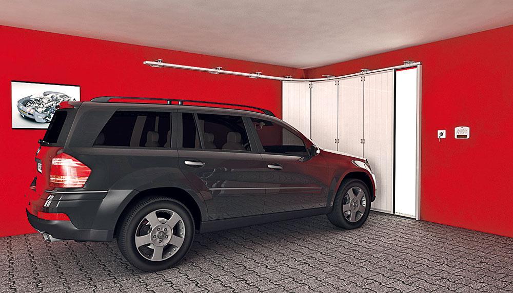 """Sekciové brány otvárané do boku sú výhodné, ak sú pod stropom garáže prekážky, napríklad rozvody, police či háky na zavesenie bicyklov. Princíp je podobný ako pri klasických sekciových bránach, ibaže """"otočený o90°""""."""