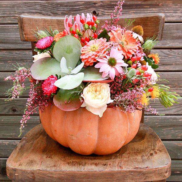 Nebojte sa použiť tekvicu ako nádobu pre jesenný aranžmán