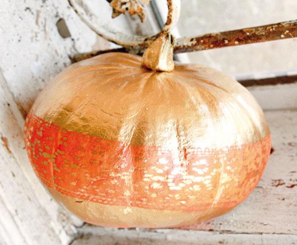Tekvice môžete nielen vyrezávať, ale aj postriekať farbami. Potrebujete tekvicu, špendlíky, kúsok čipky a zlatý sprej. Na tekvicu po jej obvode pomocou špendlíkov pripevnite natesno čipku. Celú tekvicu postriekajte zlatým sprejom a nechajte uschnúť. Po uschnutí odstráňte čipku, vďaka čomu sa odhalí čipkový vzor v oranžovej farbe tekvice. Jednoduché a pritom veľmi dekoratívne.
