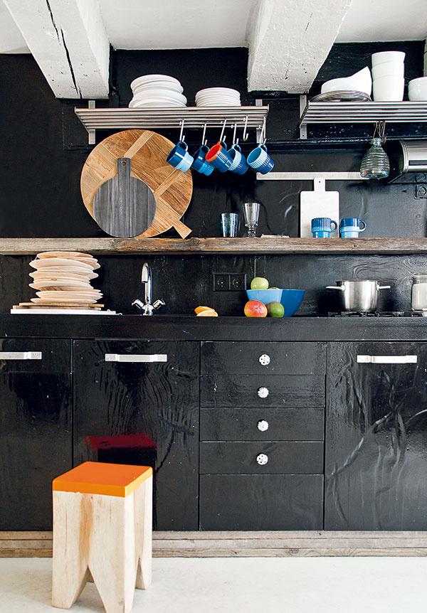 Farebná čiernota. Tak ako biela, aj jej protiklad – čierna farba – sa rôznofarebnými doplnkami dá vytvarovať do veselej formy. Na takomto podklade ešte lepšie vyniknú pestrofarebné hrnčeky ataniere, ktoré sa nemusia hanbiť skryté vútrobách skriniek.
