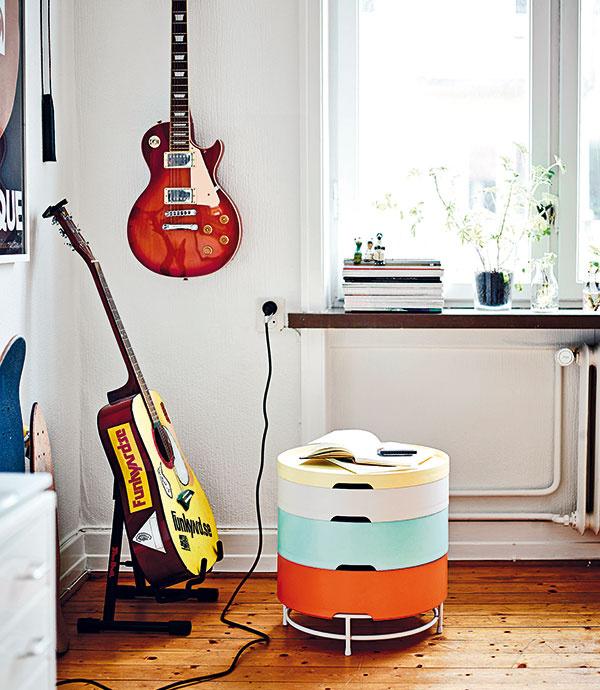 Príručný stolík súložným priestorom vytvorený stohovaním štyroch podnosov srôznou hĺbkou, priemer 44 cm, celková výška 45 cm, 49,90 €, IKEA
