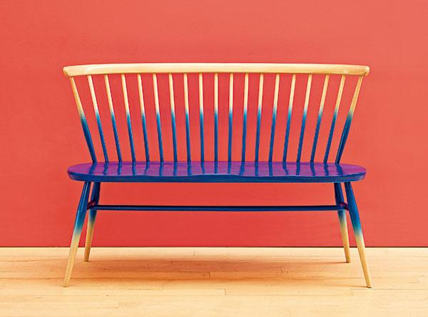 Lavica Ercol Love Seat, redizajn tradičného kresla Windsor, dostupná vo viacerých farbách, 77 × 113 × 53 cm, 742,18 €, www.nest.co.uk