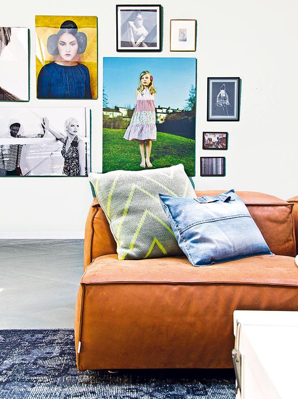 Na stenách. Biele steny zívajúce prázdnotou sú podnetným podkladom na vytváranie koláží. Tentokrát pomocou obrázkov, rámikov, fotografií aplagátov. Starý známy, jednoduchý, no stále aktuálny princíp.
