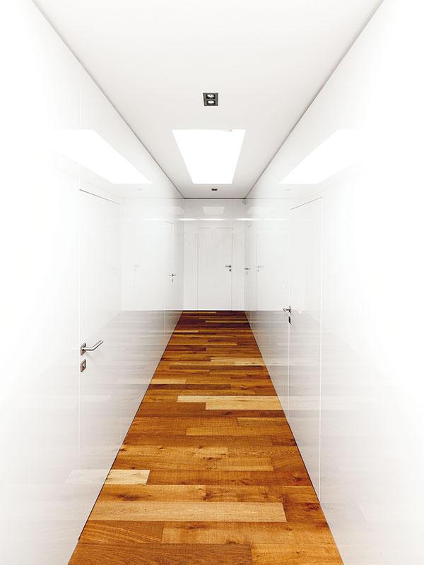 """Svetlo dokáže zázraky. Ďalšou dôležitou úlohou bolo dostať do chodby svetlo. Architekti ju vyriešili strešným svetlíkom: """"Priestoru to veľmi pomohlo,"""" upozorňuje Oskar Mészár."""
