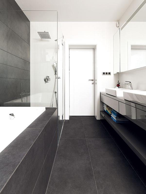"""Farebná kombinácia sivej abielej sniekoľkými čiernymi detailmi adrevom je základom všetkých interiérov, kúpeľne nevynímajúc. """"Je to taký evergreen, na ktorom sme sa hneď zhodli."""""""