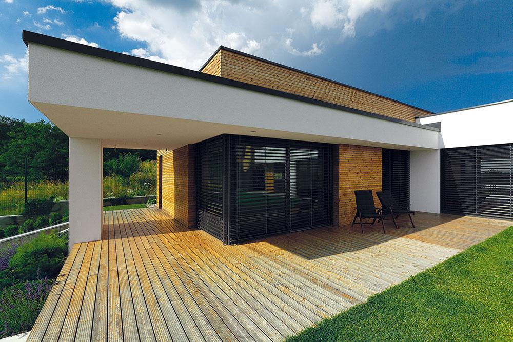 Fasáda je do detailu farebne zladená – matnú antracitovú farbu majú hliníkové okná, oplechovanie aj vonkajšie žalúzie.