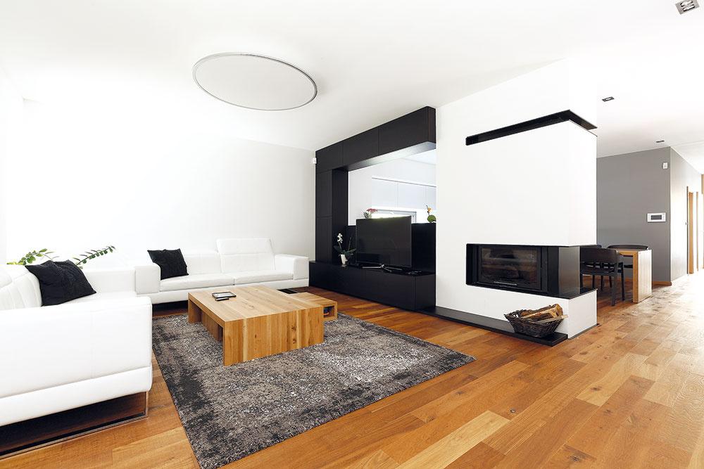 """Od podlahy. Dôležité bolo nájsť vhodné drevené parkety – mali byť totiž """"čerešničkou"""" jednoduchého, striedmeho interiéru azapôsobiť hneď na prvý pohľad. """"Drevom na podlahe sa to vlastne začalo. Hľadali sme dosť dlho, ale nakoniec sa nám podarilo nájsť parkety spríjemným rustikálnym nádychom, ktoré vcelkovo modernom interiéri vyzneli veľmi príjemne."""""""