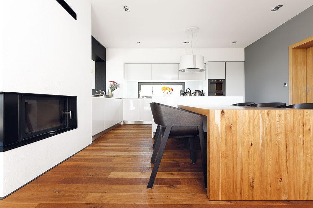 Čaro dokonalých detailov. Vybavenie interiéru je jednoduché aelegantné – všetko (okrem sedacieho nábytku) je vyrobené presne na mieru priestoru ajeho obyvateľom.