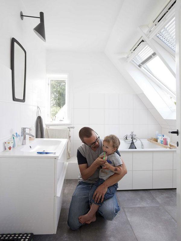 Na začiatku tmavá a ťažko vetrateľná kúpeľňa dostala tiež nový rozmer. Dve nové strešné okná presvetlili miestnosť a výrazne zlepšili vetranie.
