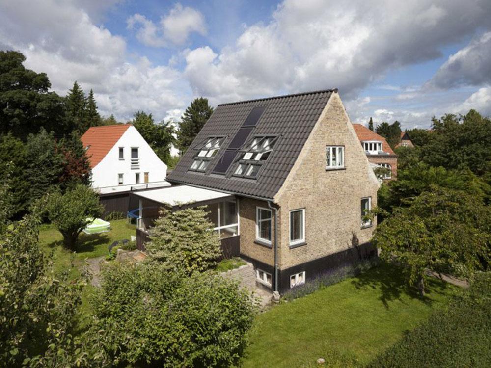 Strešné okná a solárne kolektory na južnej strane strechy harmonicky ladia s celkovým vzhľadom domu vďaka starostlivej konštrukcii a umiestneniu.