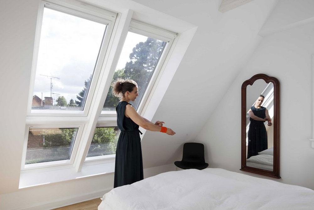 Hlavná spálňa sa premenila na jasnú miestnosť zaliatu denným svetlom vďaka systému strešných okien VELUX.