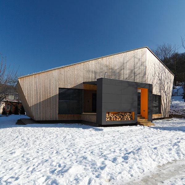 Víkendový dom vNosiciach získal významné ocenenia na medzinárodnej súťaži Building Efficiency Awards BEFFA 2012 (vkategóriách drevostavby aj rodinné domy), ako aj nomináciu na Cenu časopisu ARCH 2012. Predstavili sme ho aj vMojom dome, vmarcovom čísle roku 2012.