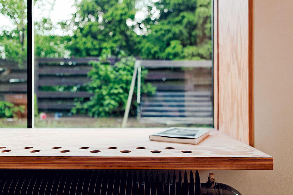 Do detailu prepracovaný okenný výklenok vniesol do priestoru niekoľko funkcií, ktoré by bez skúseného oka architekta mohli ostať neodhalené.