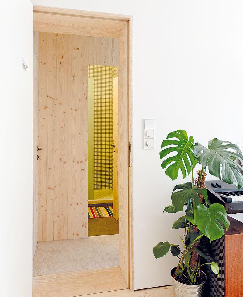 Stenu rodičovskej kúpeľne tvoria dve biodosky hrubé 19 mm. Materiálovo korešponduje s podlahou a majitelia tak navyše ušetrili priestor.