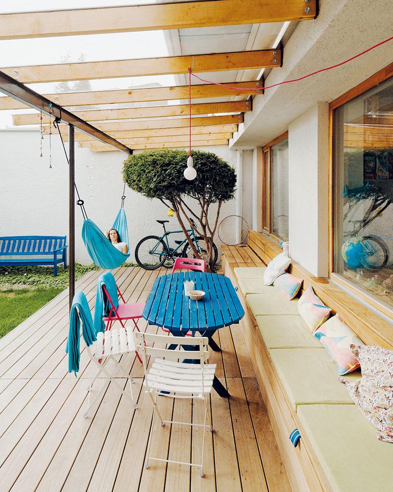 Konštrukcia drevenej pergoly na terase leží na oceľových profiloch so stĺpikom. Prečo ho teda nevyužiť na zavesenie hojdacej siete? Pravidlo, že niektoré riešenia sa pripomenú aj samy, sa potvrdilo.