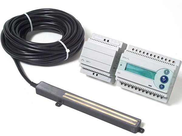 K riadiacej jednotke DEVIregTM 850 III sú pripojené digitálne snímače, ktoré citlivo reagujú na zmeny teploty a vlhkosti na povrchu vonkajšej plochy.