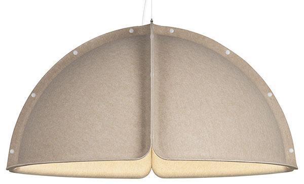 Modulárna stavebnica Hood je dielom štokholmského kolektívu Form Us With Love. Jeho šikovní chlapíci sa vprípade návrhu Hood ocitli vhraničnej situácii. Tento objekt je totiž rovnako priemyselným dizajnom ako prvkom architektúry. Lupene zlaminovanej polyesterovej plsti sa pomocou gombíkov spájajú do rozmerných zostáv akonštruujú tak mikroarchitektúru zníženého klenbového stropu. Stavebnicový systém Hood svieti, pohlcuje zvuk, čím upravuje akustické pohodlie, asvojím mäkkým charakterom umocňuje útulnosť otvorených priestorov. Okolo 1235 €,  ATELJÉ LYKTAN