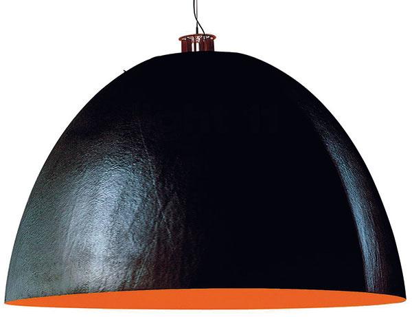 """Veľkolepý obor XXL Dome sa do nášho výberu pologúľ dostal trochu neoprávnene. Jeho autor, fenomenálny nemecký svetlonos Ingo Maurer, totiž pri návrhu podvádzal anamiesto presnej hemisféry využil siluetu paraboly. Túto tvarovú """"nedokonalosť"""" (opodstatnenú logikou stability) však vyváži rozmer. XXL Dome má """"vpáse"""" úctyhodných 180 cm, na výšku čosi vyše metra. Škrupina svietidla je zpevného sklolaminátu. Jej vnútrajšok pokrýva reflexná vrstva, ktorá sfarbuje svetlo výraznými fluorescenčnými odtieňmi. 18360€, INGO MAURER, predáva Uni Light."""