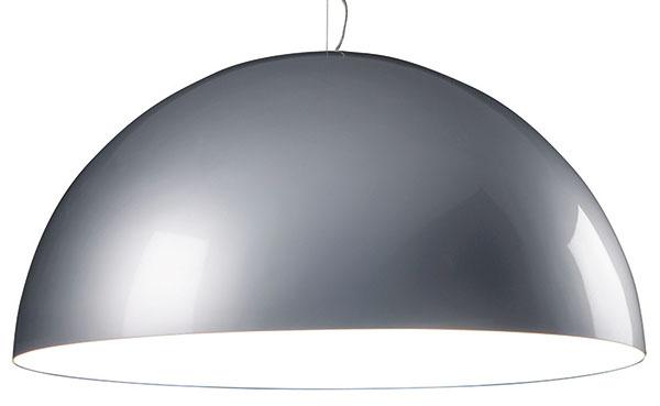 """Plastová kupola Avico je modernou variáciou na tému Magistrettiho čistej geometrie. Jej autor, dizajnér Charles Williams, si zvolil polyetylén ako materiál vhodný na vytvarovanie obzvlášť rozmernej priesvitnej pologule. Nastokol ju na ústredný """"ražeň"""" zpochrómovanej ocele azospodu uzavrel rovnako priesvitným diskom, ktorý zakrýva zdroj svetla. Stodvadsať centimetrová lampa Avico sa vyrába aj vo verzii vhodnej na exteriérové použitie. Od1447 €, FONTANA ARTE"""