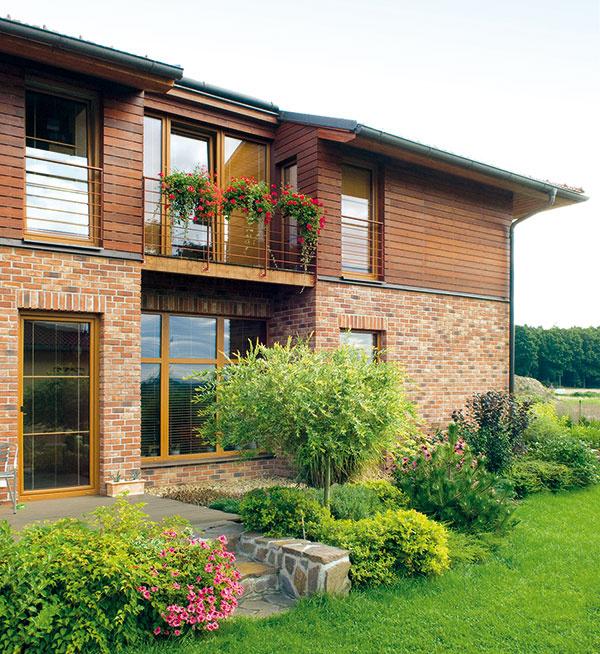 Kým pri murovaní sú lícové tehly súčasťou odvetranej fasády domu, tehlové pásiky možno použiť aj na finálnu povrchovú úpravu kontaktných zatepľovacích systémov. Ako tepelnoizolačný materiál sa môžu použiť dosky na báze minerálnej vlny alebo polystyrénu. Z dôvodu vysokej plošnej hmotnosti obkladu je nutné prispôsobiť spôsob kotvenia a zhotovenia výstužnej vrstvy ETICS.
