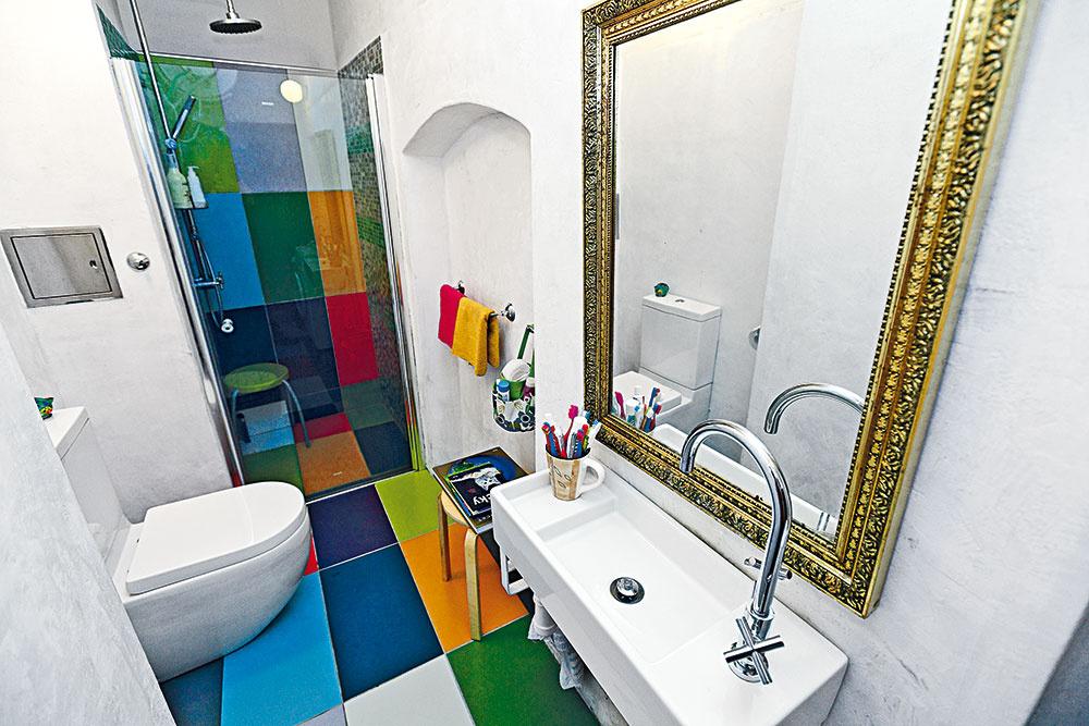 Aj takto môže vyzerať prerábka kúpeľne plná farieb
