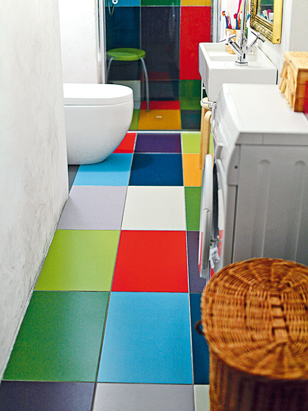 """V kúpeľni sa klenie renesančne """"rozlámaný"""" strop. Pod ním hladko beží Sašina farebná dlaždicová kompozícia. Klenbe akoby tvarovo odpovedal jednoduchý oblúk toalety. Detail robí správny fór."""