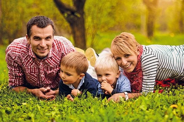 Zuzka (28), Janči (31), Jakubko (3) aMaroško (2) Matúšovci tvoria rodinu, ktorá sa rozhodla pre radikálne životné zmeny. Odchodom na Nový Zéland ukončili život plný zhonu. Po návrate pokračovali vreštartovaní svojho života. Začali si budovať nový, zdravší apohodovejší domov vsúlade sprírodou –permakultúrnu záhradu aslamený dom.  www.lifereset.sk