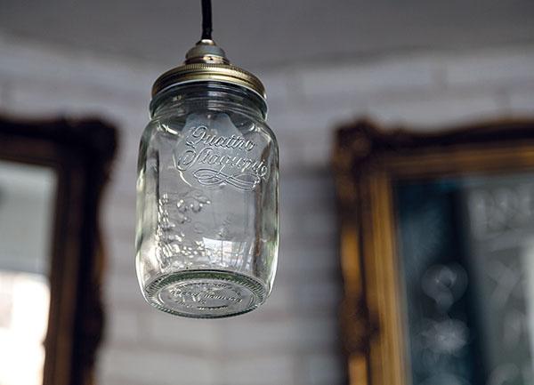Svietidlami vtvare zaváraninových pohárov sa majitelia inšpirovali vzahraničí, konkrétne modely potom zakúpili vo Viedni. Podobne môžete doma osvetliť kuchyňu alebo barový pult, prípadne zoskupením viacerých kusov nahraďte luster nad konferenčným stolíkom vobývacej izbe.
