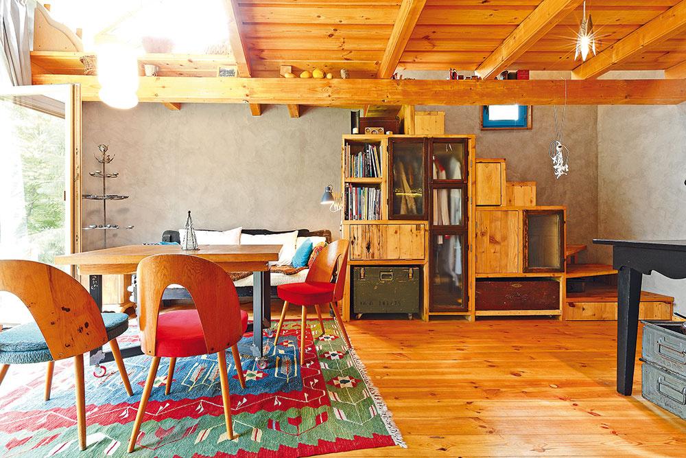 """Praktické schodisko súložným priestorom je zdielne fantastického stolára Karola Kurica zKremnice. """"Moja požiadavka bola: staré drevo. Doniesol teda storočný krov, pozliepal velikánske dosky aztých vyskladal schodisko. Ja som mu prácu """"uľahčovala"""" požiadavkami, že tam sa musia hodiť tieto okienka, tento kufríček atoto neviem čo. Každý iný by ma poslal do kelu, ale on nie, tešila ho práca smasívom anavyše to celé bolo vtipné…"""" spomína Eliška."""