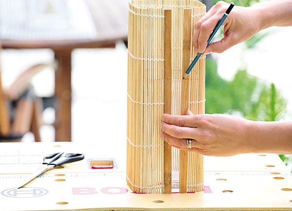 Bambusové prestieranie priložte kváze, naznačte na ňom jej výšku anarysujte naň rovnú čiaru.