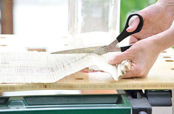 Prestieranie prestrihnite podľa narysovanej čiary. Ak má na koncoch pevnejšie drievka,prepíľte ich napríklad priamočiarou pílou.