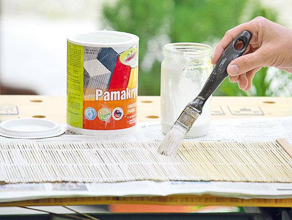 Následne ho natrite bielou farbou zriedenou svodou anechajte uschnúť. Dajú sa použiť obe strany – natretá biela alebo rubová, na ktorú farba len zatečie, vďaka čomu vznikne zaujímavá štruktúra.