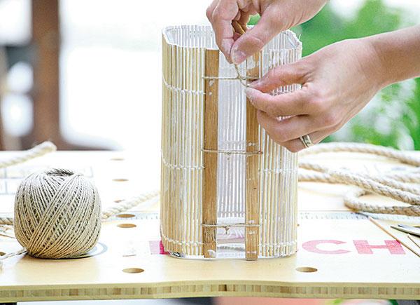 Prestieranie potom obviňte okolo vázy. Ak je váza širšia ako prestieranie, zviažte ho na koncových stranách tenším špagátom vprírodnom odtieni.