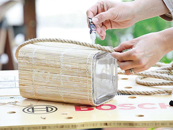 Na bočné strany vázy postupne prilepte hrubší špagát tak, aby vzniklo efektné uško.