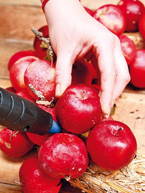 Keď máte jednu tretinu venca zaplnenú jabĺčkami s drôtenou úpravou, postačí všetky ostatné ponalepovať.