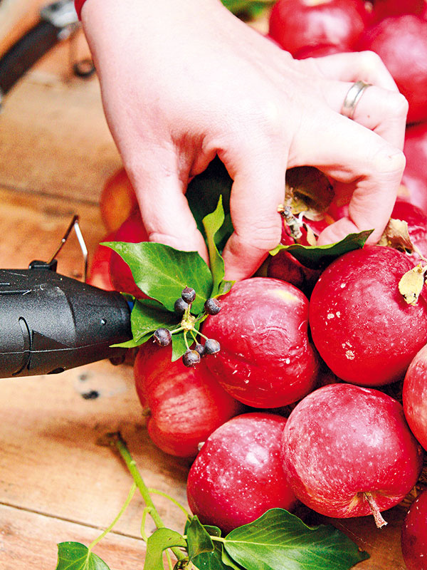Jabĺčka pri práci rôzne obracajte, raz stopkou navrch, inokedy bokom, vďaka čomu pridáte vencu zaujímavosť.