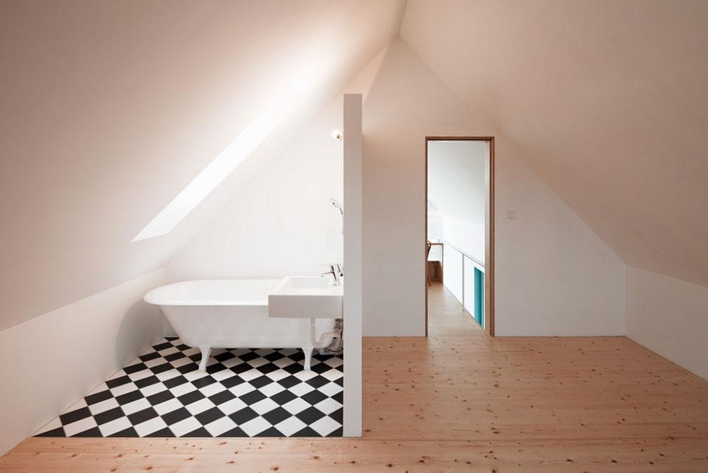 Druhé biele bezúdržbové strešné okno v kúpeľni výborne plní aj funkciu efektívneho vetrania a rýchleho odvádzania vlhkého vzduchu.