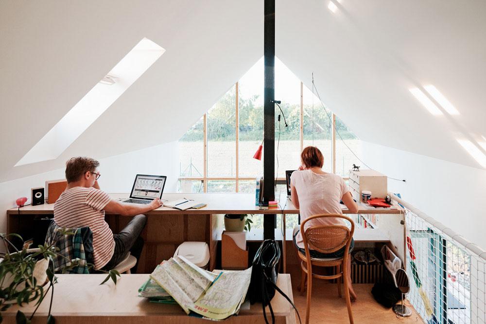 Strešné okno VELUX v pracovni na galérii presvetľuje priestor do hĺbky. Na pracovný stôl dopadá kvalitné denné svetlo, ktoré má pozitívny vplyv na sústredenie pri práci i psychickú pohodu človeka.