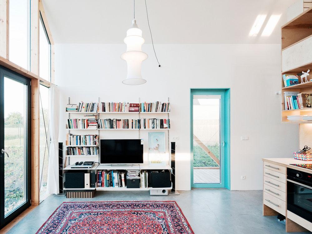 Jednoducho zariadený interiér oživujú farebné fasádne okná.