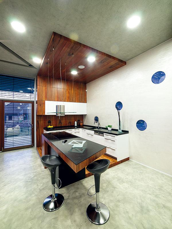 Interiér celého domu, kuchyňu nevynímajúc, navrhol architekt David Kotek vspolupráci so Zuzanou Sýkorovou. Veľkú pozornosť pritom venovali výberu materiálov. Významný podiel na výsledku má aj Robert Kupčík, ktorý skvelo odviedol prácu sdrevom.