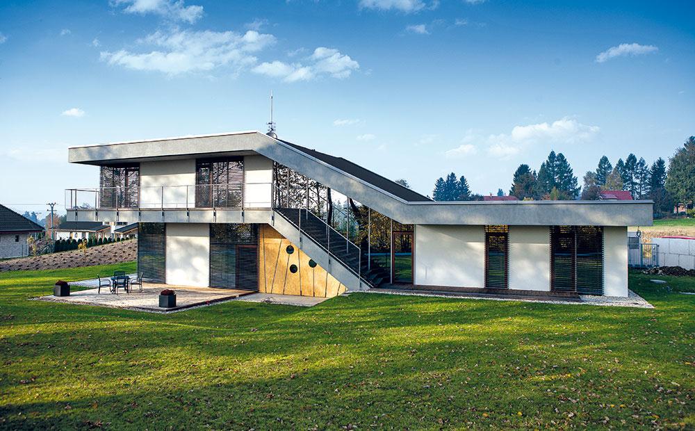 Nezvyčajne tvarovaný dom pre štvorčlennú rodinu sa dokonale prispôsobil pozemku