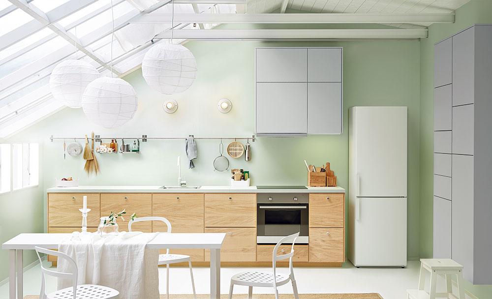 Na 100 % moderná. Ak by sme si odmysleli sklenenú šikminu aoceľový krov, ocitli by sme sa vklasickej modernej kuchyni. Aj pomerne nezáživné kúsky však práve vtakýchto priestoroch ožívajú anaberajú grády. Jasná, čistá biela tu má predsa zelenú!