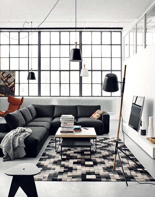 Dánska prívetivosť. Bývanie vindustriálnom priestore neznamená obklopenie strojmi ažeriavmi. Elegancia škandinávskeho dizajnu zjemní tvrdosť materiálov adôstojne zaplní priestor útulným nábytkom. Navyše, nebudete mať problém susporiadaním avýberom sedačky. Vmestí sa sem akákoľvek.